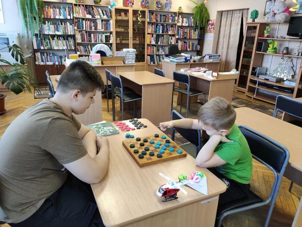 Веселая игра в шашки в детской библиотеке