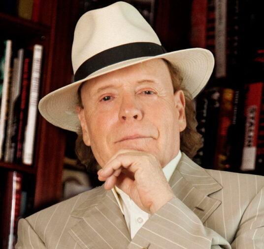 Эдвард Станиславович Радзинский — советский и российский писатель, драматург, сценарист и телеведущий.